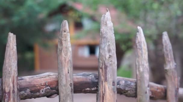 Kabine hinter rustikalen Zaun