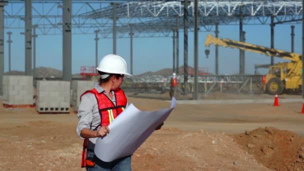 ženské stavební inženýr s schémata