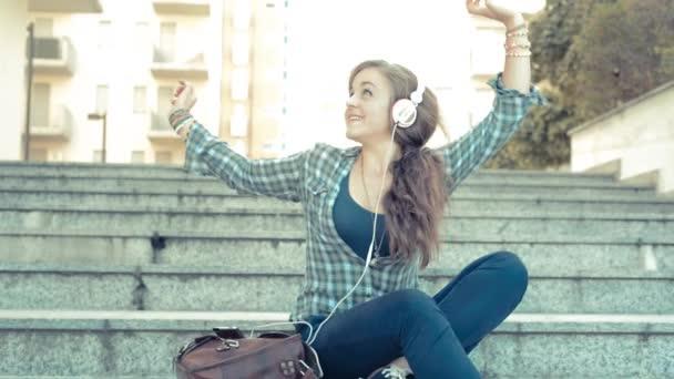 žena tanci a poslechu hudby
