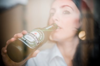 woman drinking heineken beer bottle 33 cl
