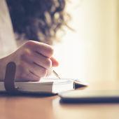 Fotografie krásná žena v domácnosti psaní a práci