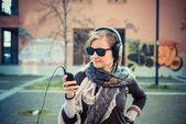 Blonďatá žena poslechu hudby