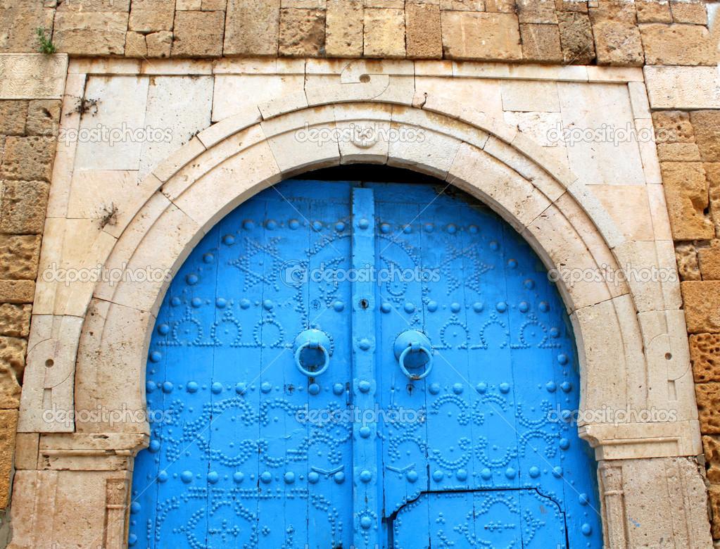 Blaue Tor in die Steinwand — Stockfoto © kostin77 #34269939