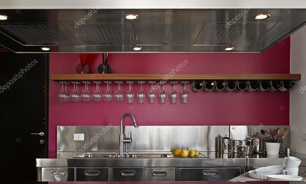 Cucina moderna in acciaio con parete viola u foto stock