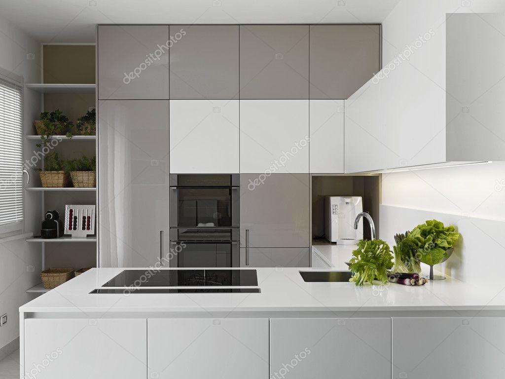 Cozinha Moderna Com Vgetables Sobre A Bancada Branca Fotografias