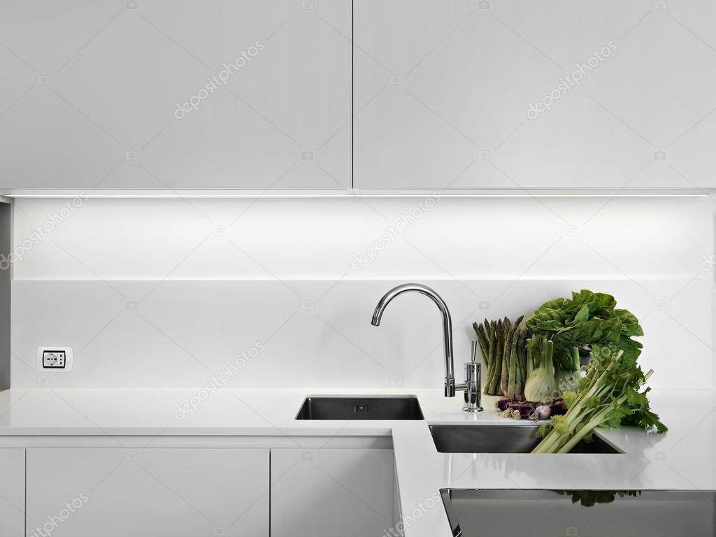 Witte Laminaat Keuken : Plantaardige op witte laminaat aanrecht in de keuken u stockfoto