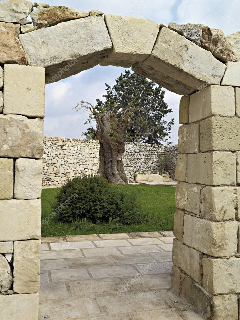 Ancient Stone Wall : Ancient stone wall and door with arch — stock photo