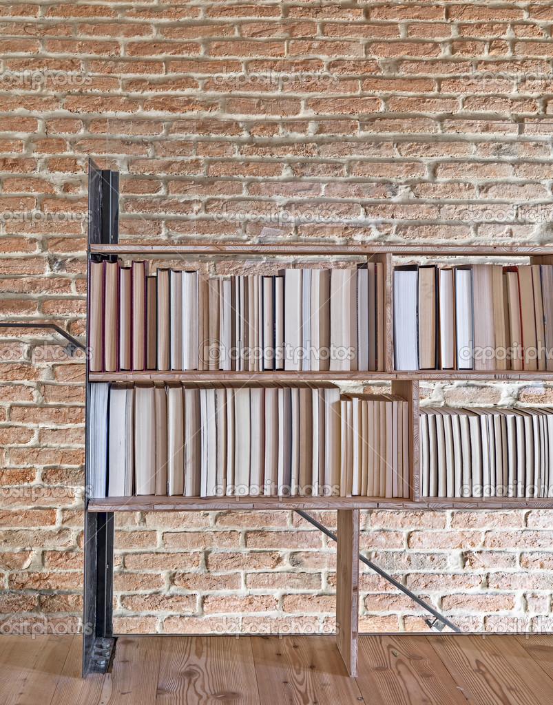 moderne boekenkast met uitzicht op op de bakstenen muur — Stockfoto ...