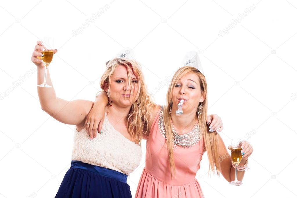 a35220c14c Dos chicas borrachas celebran con alcohol, aislado sobre fondo blanco -  imágenes: borrachas en navidad — Foto de JanMika
