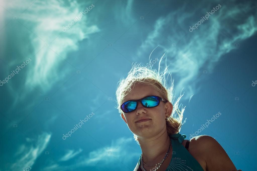 038a21e148fff Souriant portant lunettes de soleil sport femme sur un ciel bleu lumineux —  Image de ...