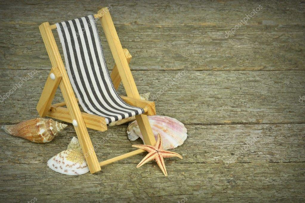 Una sedia a sdraio e conchiglie u foto stock gcpics