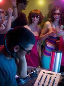 Fotografie Junge attraktive Mädchen tanzen auf Party mit dj