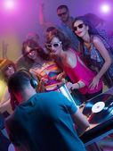 Fotografie Junge Party mit dj tanzen