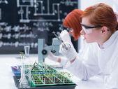 diák egy kémia laborban elemzése