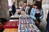 nakupující navštěvují nedělní sběratelské trh