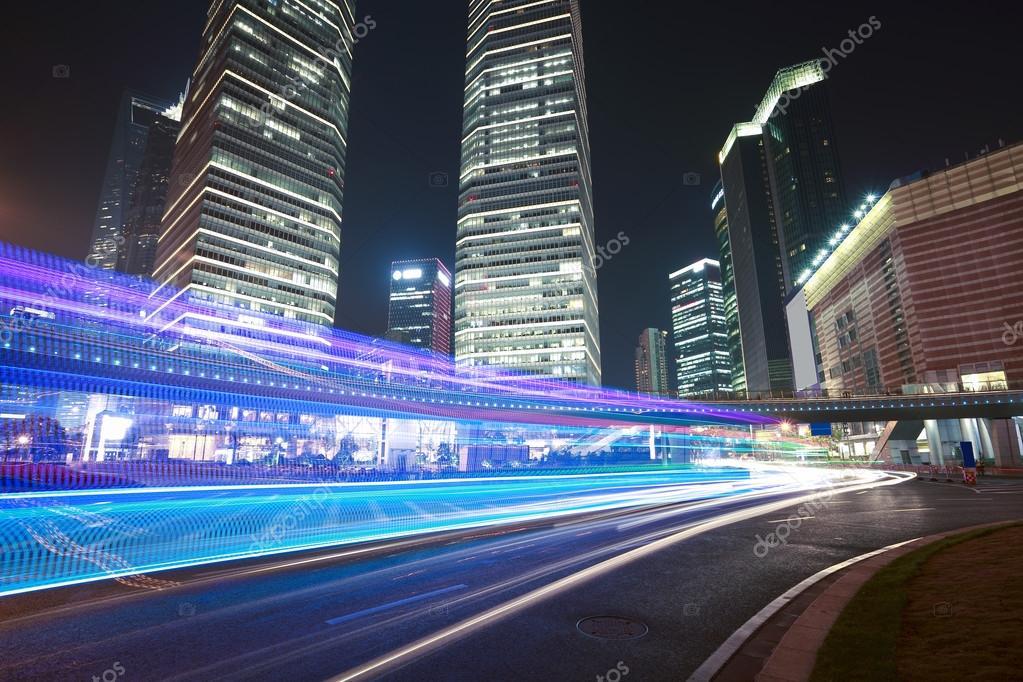 los senderos de luz en el fondo del moderno edificio en shanghai u foto de stock