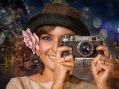Portrét dívky v klobouku s květinou a fotoaparát