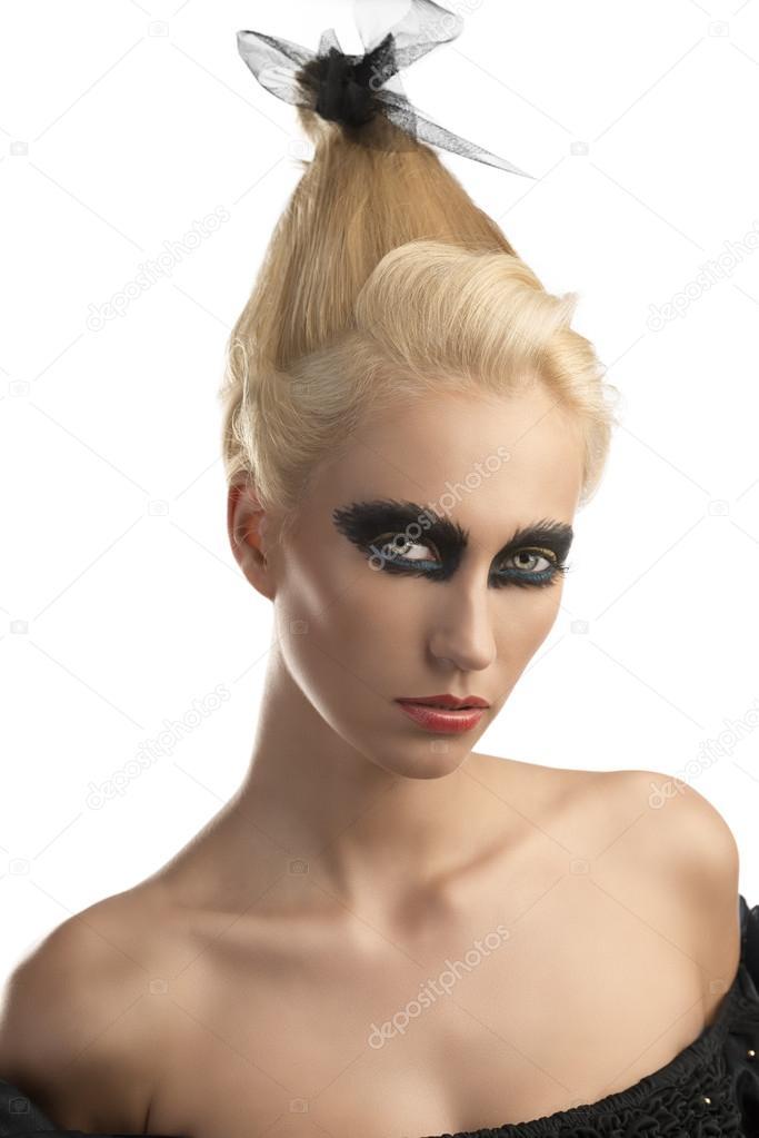 chica rubia con maquillaje oscuro convertido de tres cuartos — Foto ...
