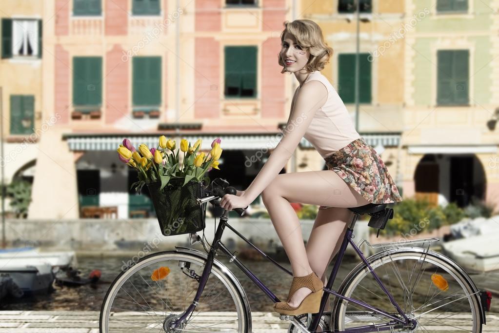 Mare Di Donna Bicicletta Sorridente Sul All'aperto fby76g