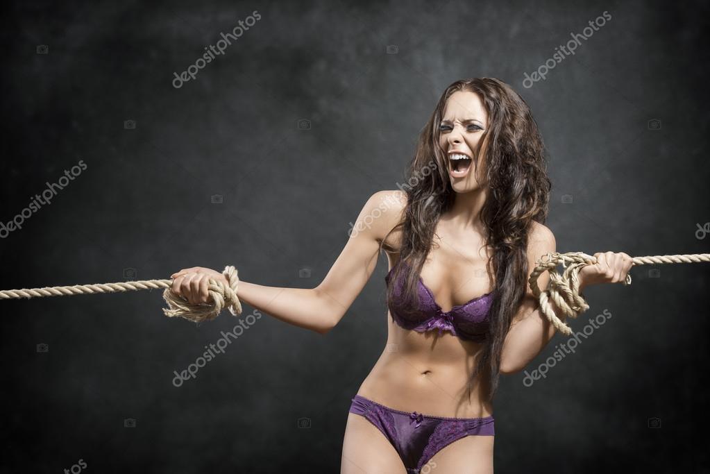 девушка партизанка снимает лифчик ей связывают руки и вешают что это