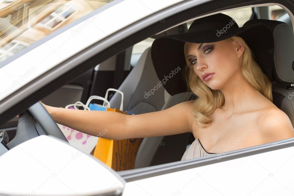 Блондинка с машиной фото
