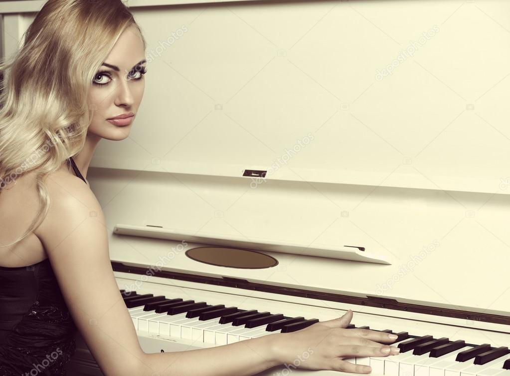Девушка за пианино в платье