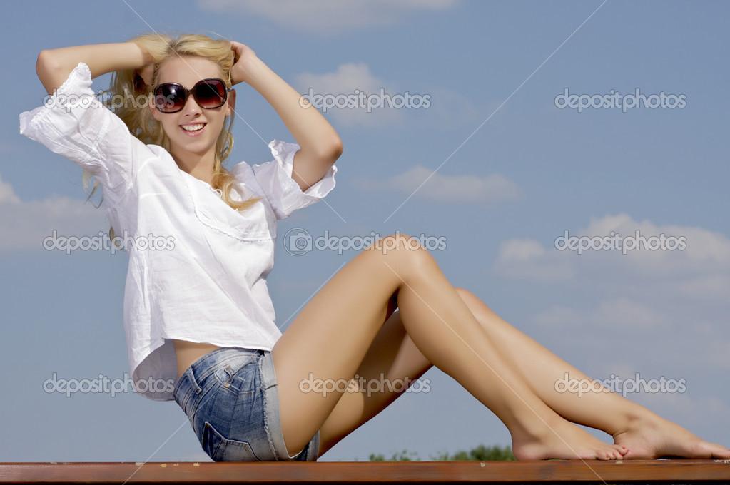 Красивое фото девушки на фоне неба фото 679-555