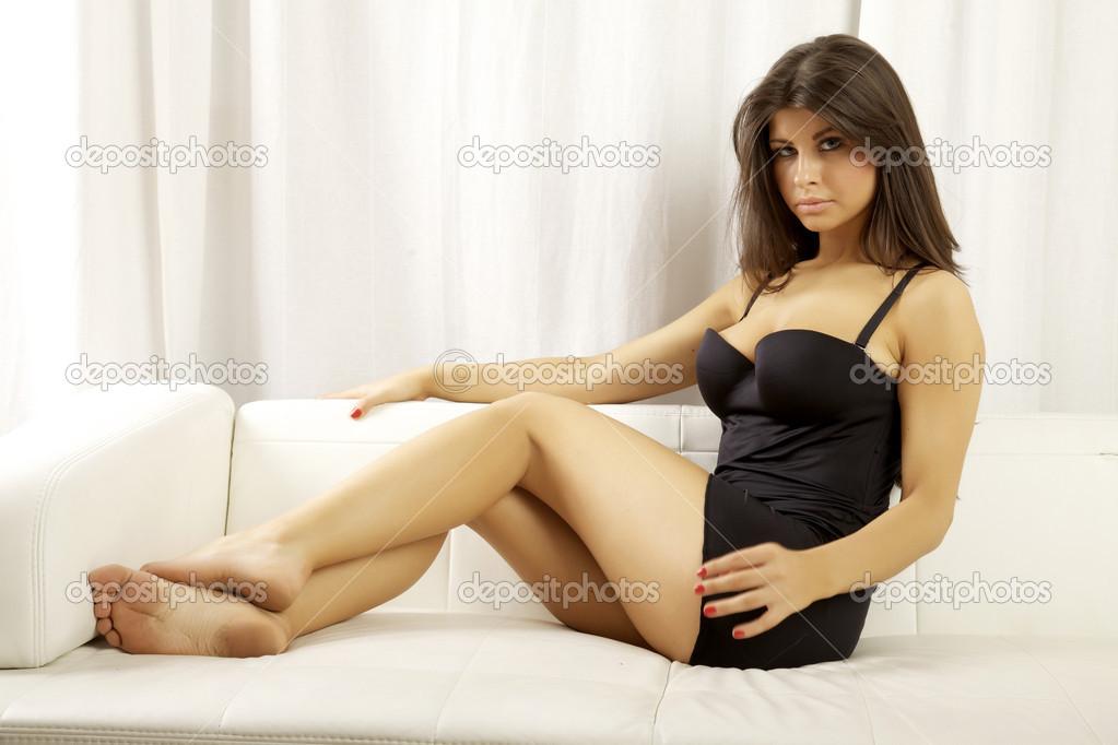 9c81dc648d5 Όμορφη και σέξι γυναίκα φοράει μαύρα εσώρουχα — Φωτογραφία Αρχείου ...