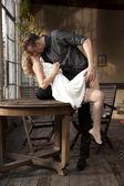 Porträt des jungen Paares in Liebe zu posieren