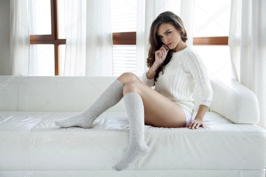 Грудастая брюнетка в белых носках и белой шапке