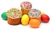 Osterkuchen mit verzierten Eiern