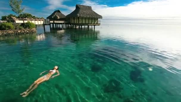 žena v tropické korálové laguny