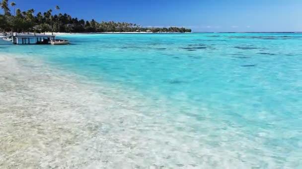 malé molo a loď na tropické pláži s úžasnou vodou
