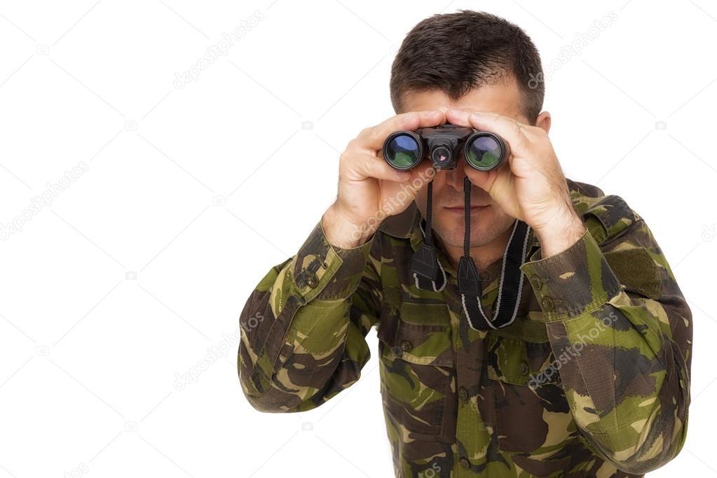Blick durch fernglas isoliert auf weißem zwillingsvulkane soldat