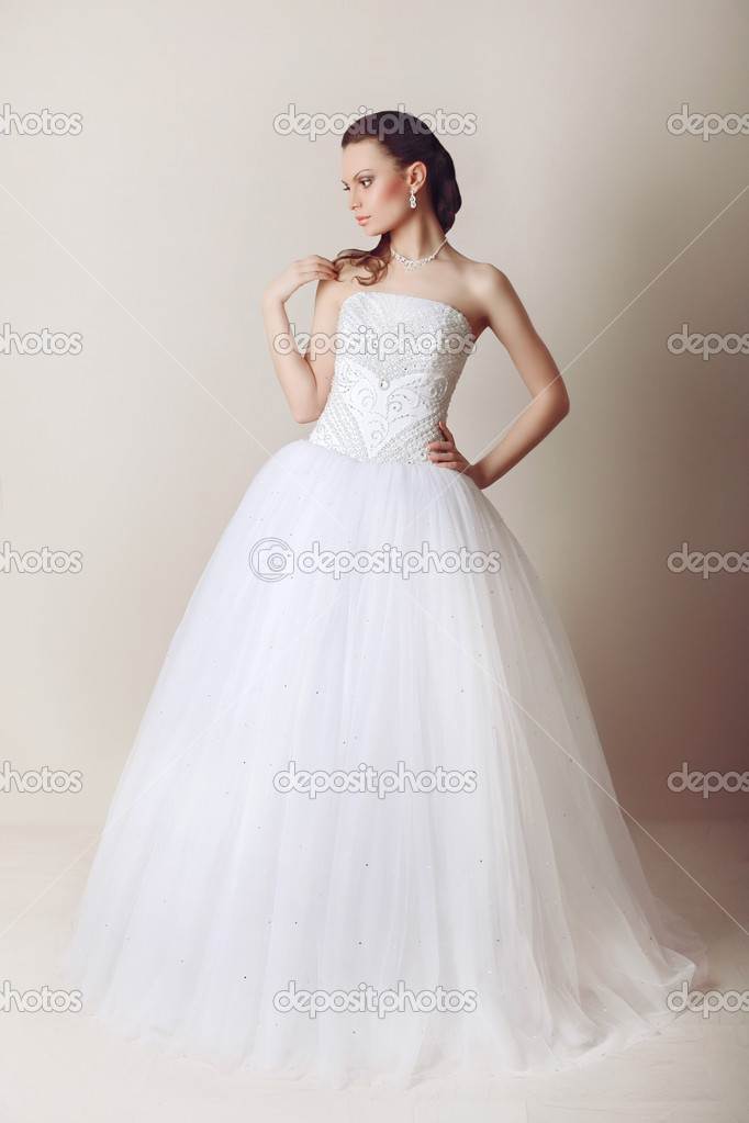 Schone Braut Im Hochzeitskleid Stockfoto C Mishchenko Olga 26137295