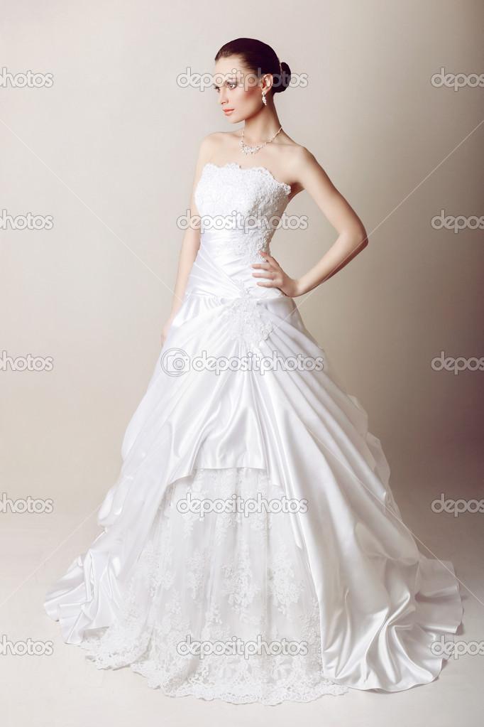 Schone Braut Im Hochzeitskleid Stockfoto C Mishchenko Olga 26137339