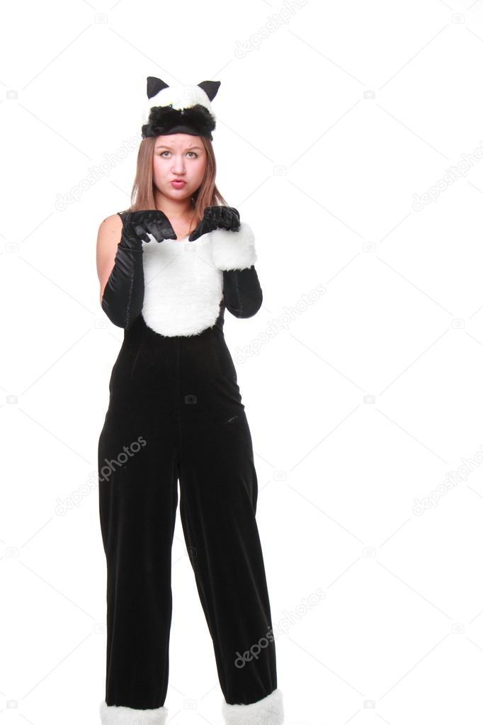 hermosa chica en traje de gato negro de halloween en fondo blanco