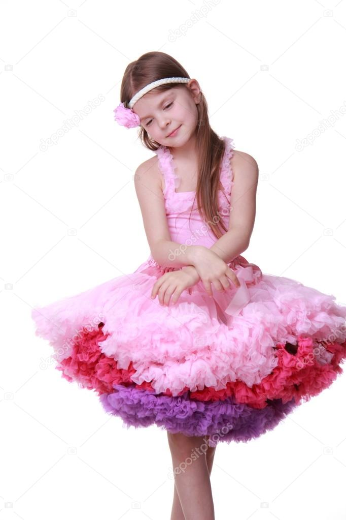 niña de vestido rosado bailando aislada sobre un fondo blanco ...