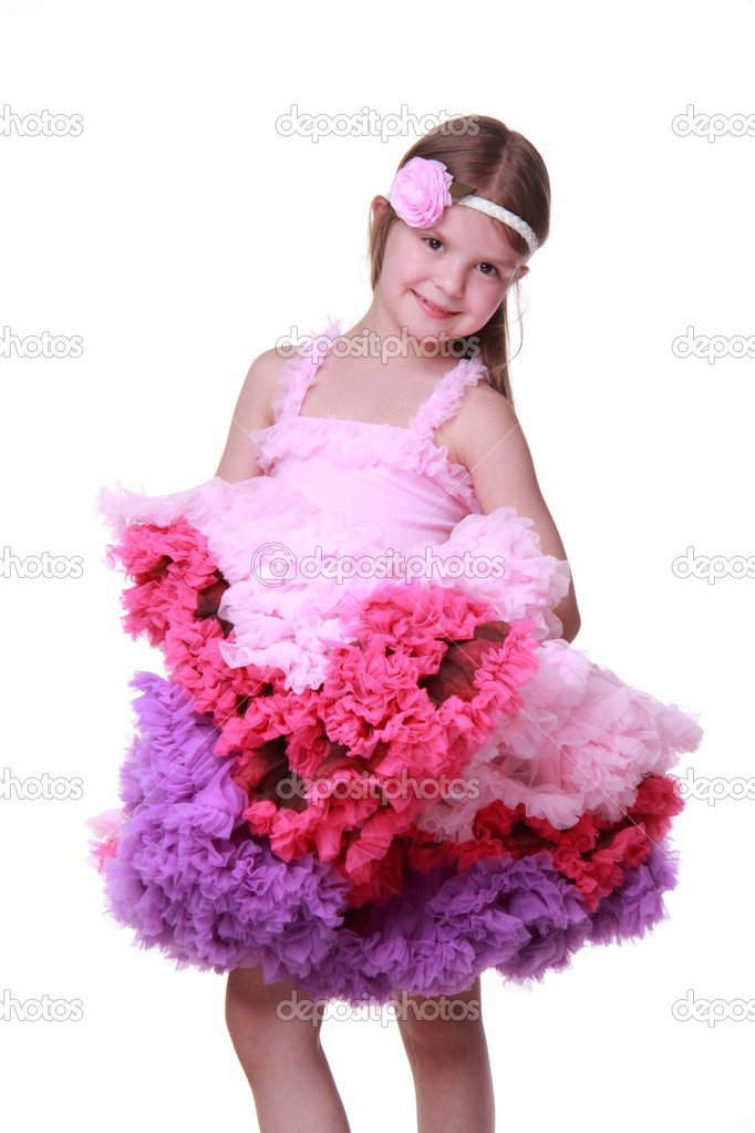 niña de vestido rosado bailando aislada sobre un fondo blanco — Foto ...