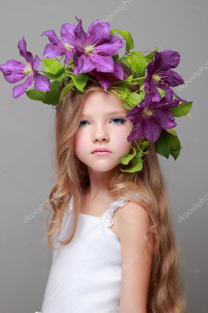 922a66c1478 Petites filles avec le maquillage et coiffure avec belle fleur– images de  stock libres de droits