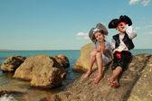 Krásné malé děti pirát chlapec a dívka drží pirát, mapu a zvětšovací sklo
