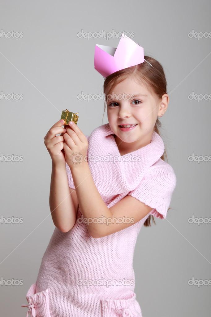 niña vestida de rosa tejida con una corona de rosa — Foto de stock ...