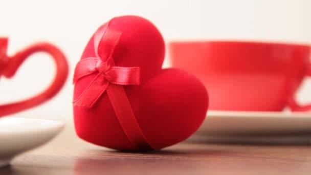csésze és piros gyűrű doboz