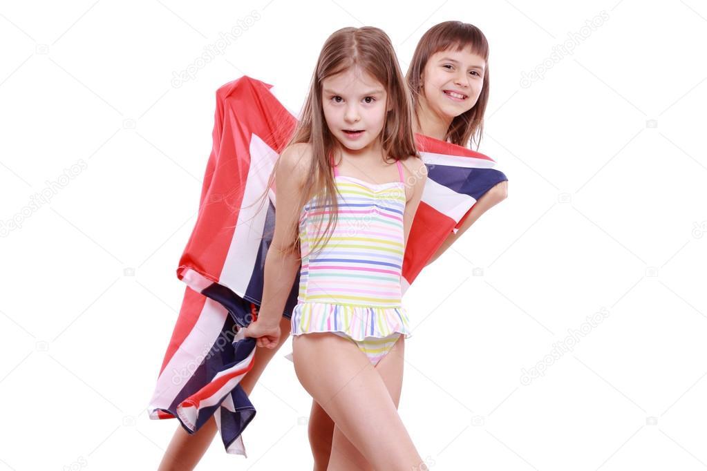 303b30e7eb90c Эмоциональные девочки в купальниках, холдинг британский флаг на белом фоне.  Купальник с британским флагом — Фото автора ...