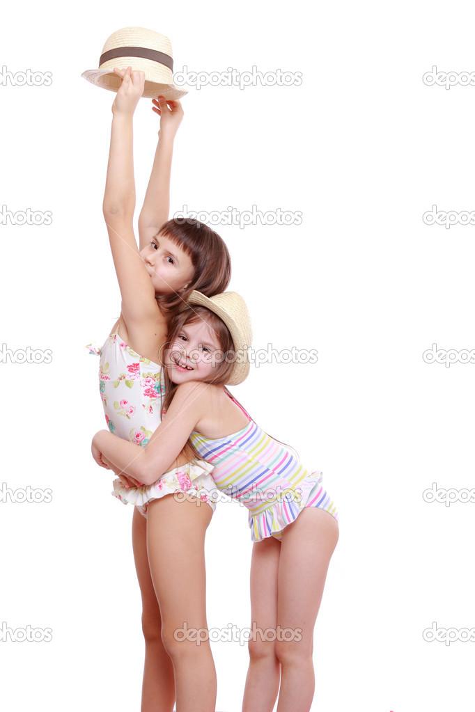 chicas en traje de baño y un sombrero de paja — Foto de ...