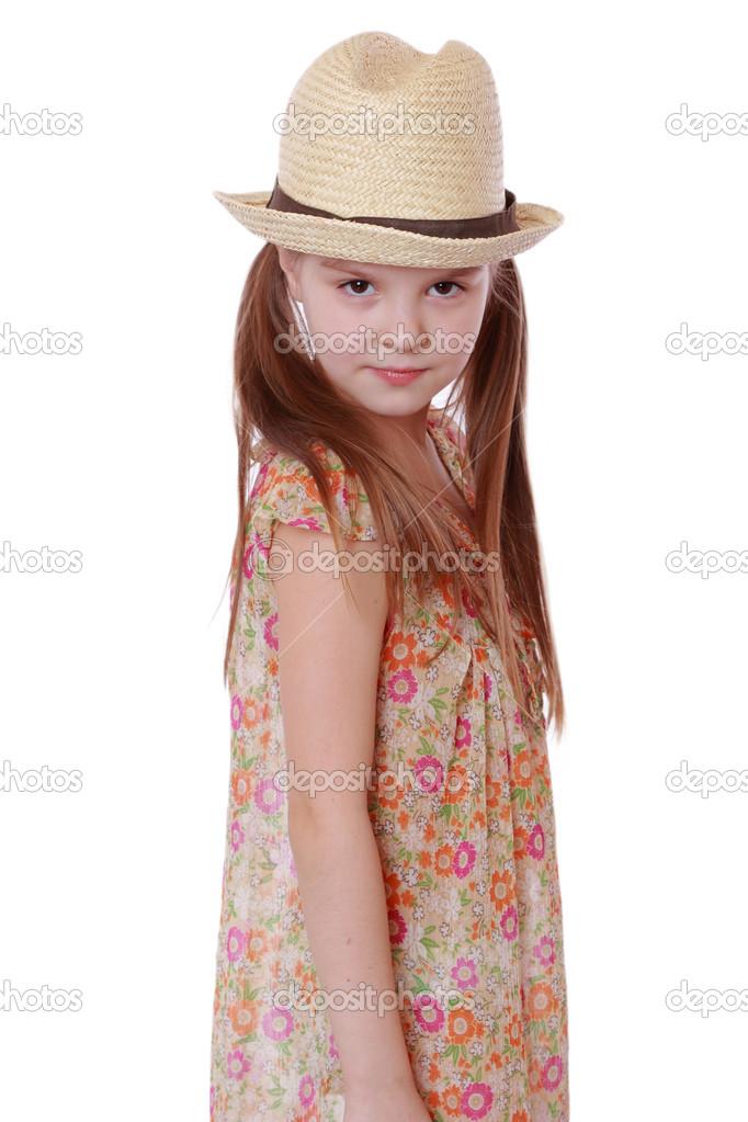 niña de vestido de verano y sombrero de paja — Foto de stock ... 29b3b14f8ce