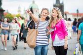 dvě ženské turisté pěšky podél Karlův most při pohledu