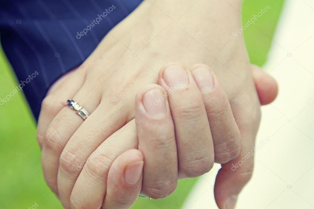 Assez couple main dans la main avec la bague de mariage — Photo #44284057 VM07