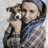 Krásná dívka s dredy a pes štěně jack russell Bohdan