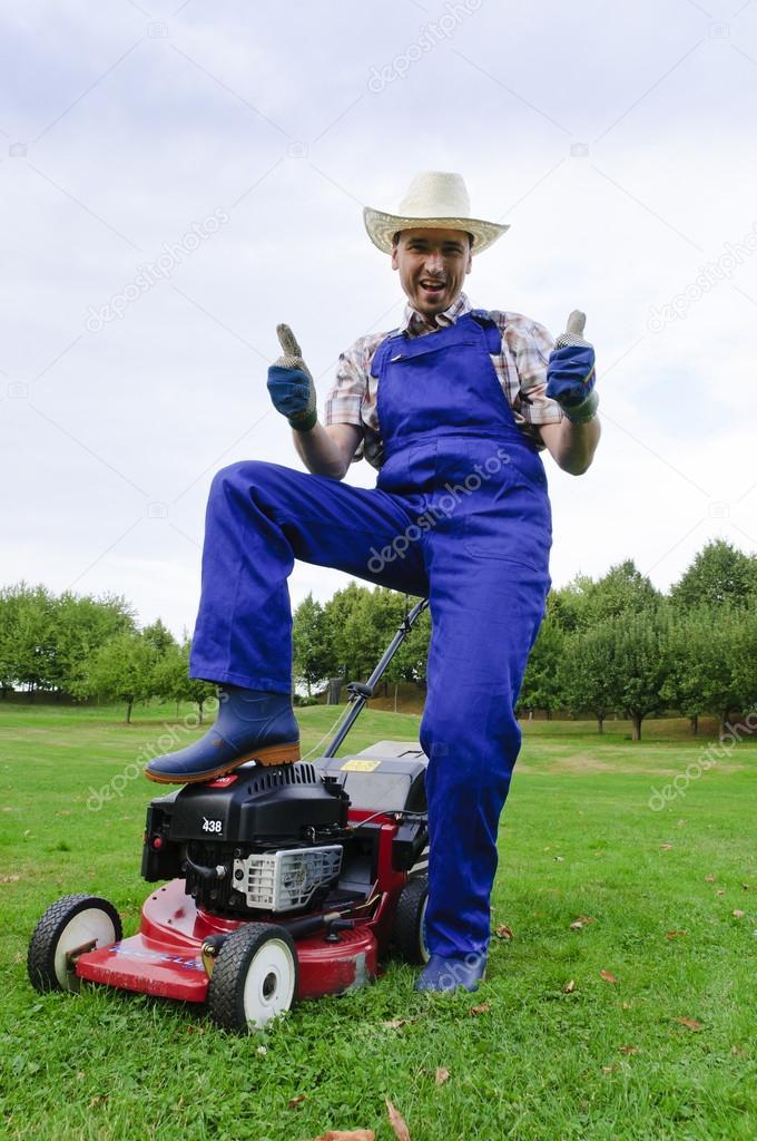 jardinage tondre la pelouse l 39 homme photographie. Black Bedroom Furniture Sets. Home Design Ideas